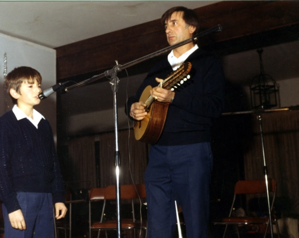 Diciembre 1982. Cantando un villancico en el Concierto de Navidad.