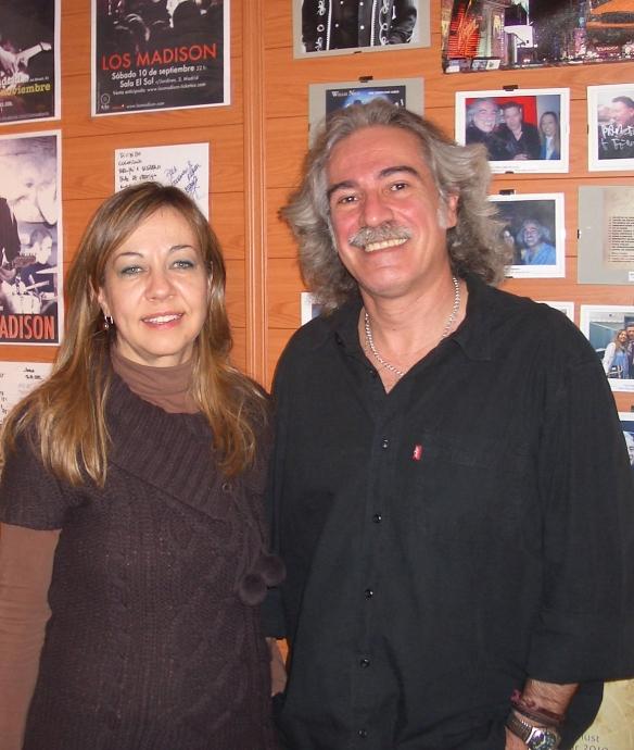 Raquel y Fernando en su casa, rodeados de fotos y recuerdos.