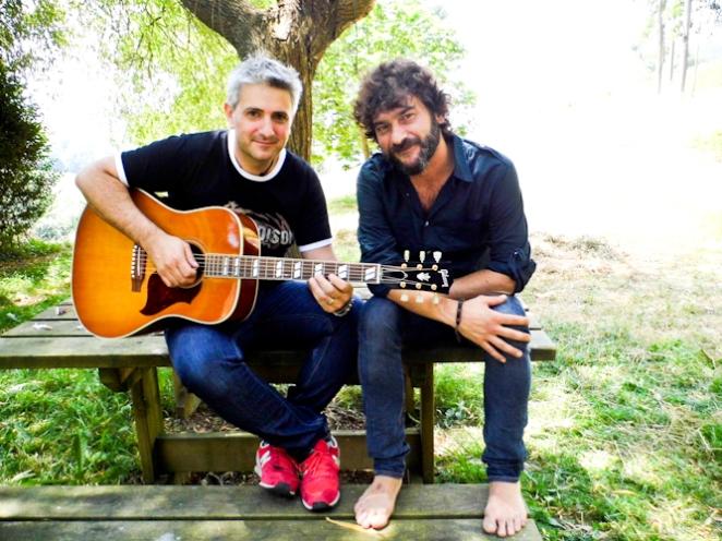 Quique González posa con l autor de este reportaje y su Hummingbird. Foto: César Pop.