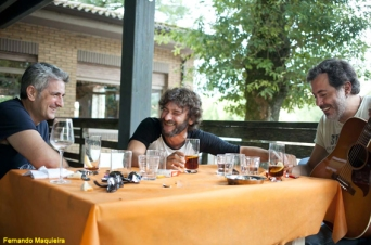 Quique González y César Pop junto al autor de 'Esa canción me suena'. Foto: Fernando Maquieira