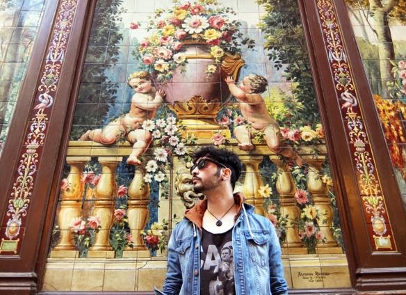 Jorge Marazu en los mosaicos exteriores del Villa Rosa.