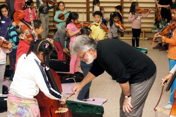 Rubén Fernandez hace indicaciones a una alumna.