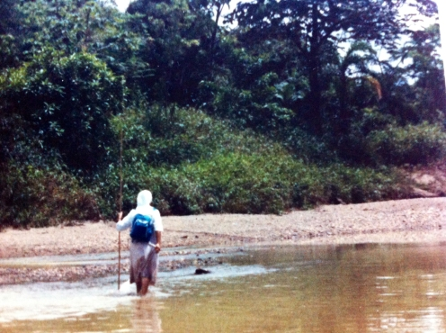 La hermana Estela en el río San Juan.