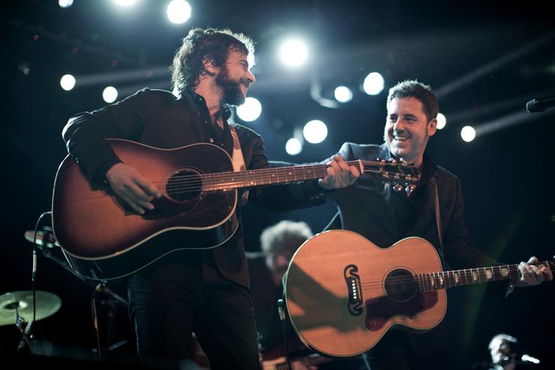 Quique González y Lapido disfrutando en el escenario.