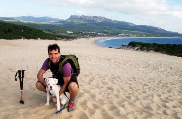 Carlos con su perro en una playa de Cádiz, antes de la enfermedad.