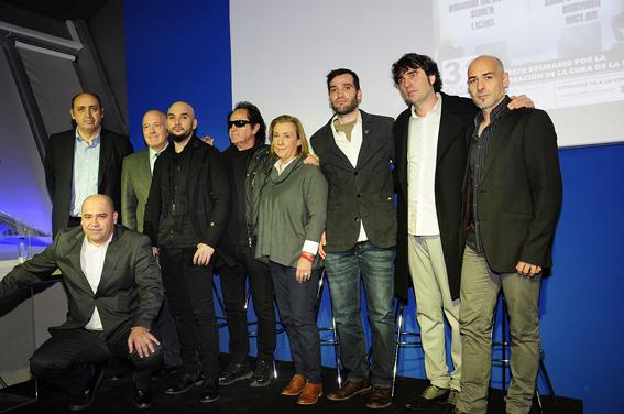 Javier y Carlos Matallanas junto a algunos músicos en la presentación del concierto.