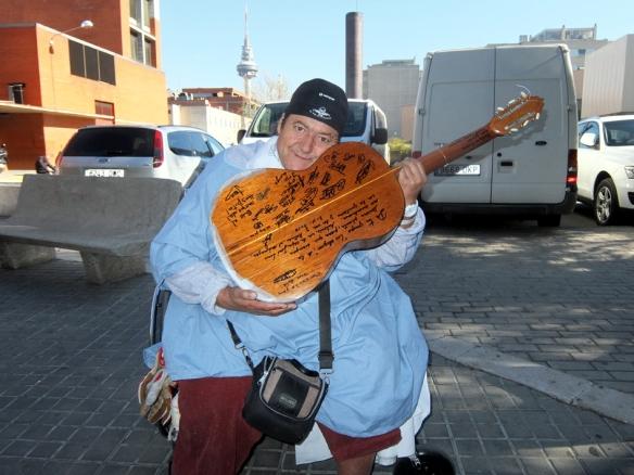 El reverso de la guitarra de José Luis, repleto de firmas y mensajes de compañeros del hospital.