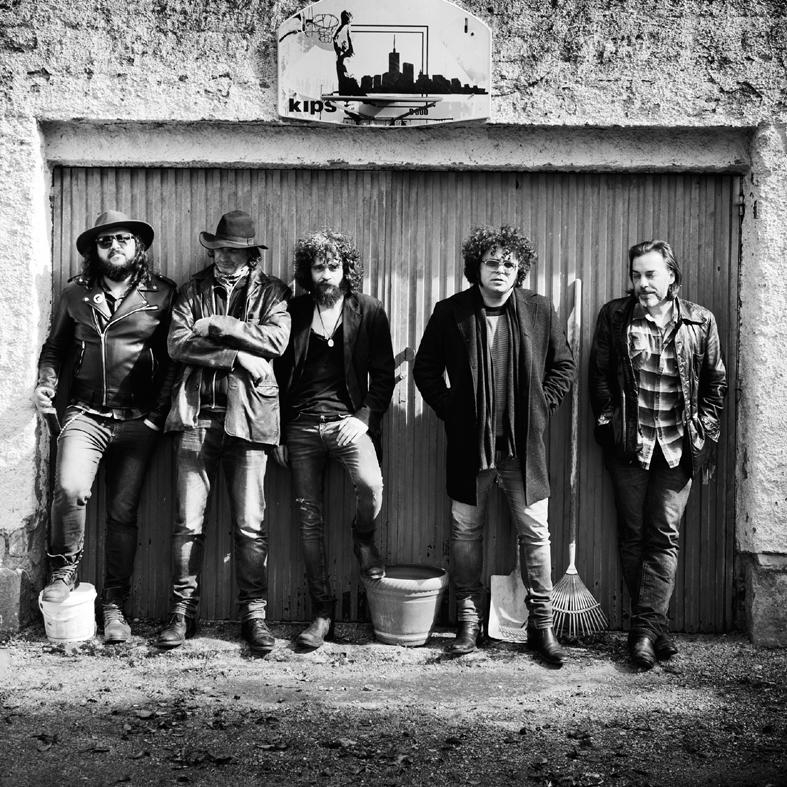 Gatoperro, en el centro, junto a su banda. Esta es la imagen de portada del disco.